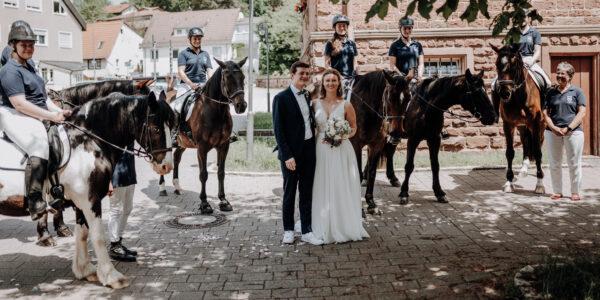 Reiter stehen Spalier für Hochzeitspaar